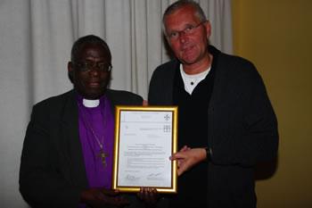 Bischof John S. Moyo und Geschäftsführer Ulrich Schreyer